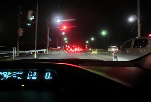 赤信号で停車中の車